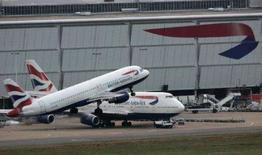 <p>Avião da British Airways decola no aeroporto de Heathrow em Londres. Milhares de funcionários de sete dos mais movimentados aeroportos da Grã-Bretanha votaram a favor de uma greve em protesto a novos planos de aposentadoria para novos funcionários, informou o sindicato nesta sexta-feira. Photo by Luke Macgregor</p>