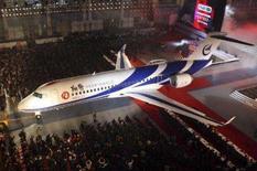 <p>A China revelou na sexta-feira seu primeiro jato regional desenvolvido localmente, abrindo disputa com a brasileira Embraer . O projeto também aproxima o país de seu objetivo de se tornar um gigante na indústria da aviação, desafiando o domínio de Boeing e Airbus. Photo by China Daily</p>