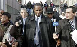 <p>Recording artiste R. Kelly (C) leaves the Cook County Criminal Courthouse in Chicago December 20, 2007. REUTERS/Kamil Krzaczynski</p>
