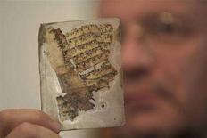 <p>Un frammento di un manoscritto della Bibbia. REUTERS/Ammar Awad</p>