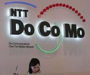 <p>L'opérateur japonais NTT DoCoMo envisage de s'allier avec Google pour proposer les services du moteur de recherche sur son portail mobile, apprend-on de sources internes. /Photo prise le 14 juin 2007/REUTERS/Toshiyuki Aizawa</p>