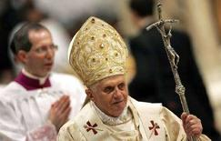 <p>Папа Римский Бенедикт XVI в базилике Святого Петра в Ватикане 25 декабря 2007 года. Папа Римский Бенедикт XVI провел рождественскую мессу и обратился к верующим с проповедью, призвав 1,1 миллиарда католиков по всему миру найти в своей жизни время и место для Бога. (REUTERS/Max Rossi)</p>