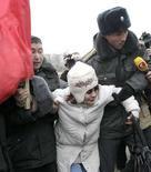 <p>Милиция задерживает участников митинга оппозиции в Бишкеке 21 декабря 2007 года. Организация по безопасности и сотрудничеству в Европе осудила действия властей Киргизии, подавивших митинги несогласных с официальными итогами парламентских выборов, указавшими на победу партии власти. (REUTERS/Vladimir Pirogov)</p>