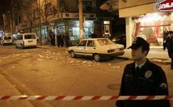 <p>Полиция на месте взрыва шумовой бомбы в Стамбуле 25 декабря 2007 года. По меньшей мере два человека получили ранения в результате взрыва шумовой бомбы в Стамбуле во вторник, сообщило турецкое телевидение CNN со ссылкой на новостное агентство Dogan. (REUTERS/Umit Bektas)</p>