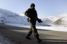 <p>Солдат турецких вооруженных сил на дороге близ Юксекова в юго-восточной части Турции 24 декабря 2007 года. Турция во вторник продолжила бомбежки курдских поселений на севере Ирака, сообщив, что предыдущие удары по сепаратистам 16 декабря унесли жизни 150-175 боевиков. (REUTERS/Osman Orsal)</p>