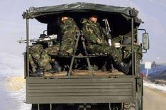 <p>Грузовик с турецкими солдатами на дороге билз города Юксекова, недалеко от границы с Ираком 24 деабря 2007 года. Турецкие военные самолеты в среду вновь атаковали северные районы Ирака, где обосновались курдские повстанцы, сообщил представитель сил безопасности курдов в Ираке Джаббар Явар. (REUTERS/Osman Orsal)</p>