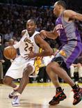 <p>O armador do Los Angeles Lakers Kobe Bryant (esq) passa por Shawn Marion do Phoenix Suns durante jogo de terça-feira, em Los Angeles.O Lakers venceu o Suns por 122 x 115 na terça-feira. Kobe Bryant foi o destaque, com 38 pontos. Photo by Lucy Nicholson</p>