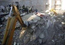 <p>Спасатели на месте обрушения жилого дома в Александрии 24 декабря 2007 года. По меньшей мере 18 человек стали жертвами обрушения жилого дома в египетском городе Александрия, сообщили источники в службе безопасности Египта в среду. (REUTERS/Amr Dalsh)</p>