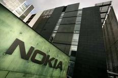 """<p>Nokia a une nouvelle fois reporté le lancement de sa plate-forme de jeux en ligne """"N-gage"""" en raison de retards accumulés dans des tests de logiciels, nouveau revers du premier fabricant mondial de téléphones portables dans sa stratégie de développement sur internet. Ce service, dont le lancement mondial, initialement prévu en novembre, a déjà été repoussé à décembre, est désormais annoncé pour début 2008. /Photo prise le 18 octobre 2007/REUTERS/Antti Aimo-Koivisto/Lehtikuva</p>"""