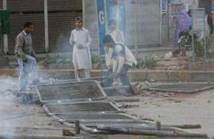 <p>Apoiadores da ex-primeira ministra do Paquistão assassinada Benazir Bhutto bloqueando uma via com cercas durante protesto contra o governo.Protestos após morte de Bhutto deixam pelo menos 24 mortos. Photo by Mian Khursheed</p>