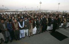 <p>O Paquistão possui interceptações da inteligência que indicam que a Al Qaeda foi a responsável pelo assassinato da líder da oposição, a ex-premiê Benazir Bhutto. Apoiadores de Bhutto choram em frente ao Parlamento, em Islamabad, 28 de dezembro. Photo by Faisal Mahmood</p>