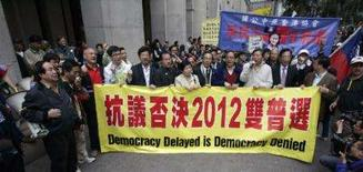 <p>Membros de partidos democráticos protestam em frente a Conselho Legislativo de Hong Kong, 29 de dezembro. A China descartou total democracia para Hong Kong em 2012, no sábado, mas afirmou que a população talvez escolha seu líder com sufrágio universal em  Photo by Victor Fraile</p>