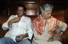<p>Clara Gonzalez de Rojas (R), mother of kidnapped Colombian politician Clara Rojas, and her son Ivan wait for news at a hotel in Caracas December 30, 2007. REUTERS/Edwin Montilva</p>