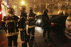 <p>Firemen and riot policeman keep watch during New Year celebrations in the Strasbourg suburb of Cronenbourg December 31, 2007. REUTERS/Jean-Marc Loos</p>
