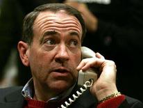 <p>Republican presidential candidate and former Arkansas Governor Mike Huckabee listens on a phone during a campaign stop in Des Moines, Iowa, January 1, 2008. REUTERS/Jeff Haynes</p>