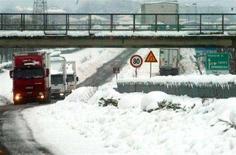 <p>Immagine d'archivio di una autostrada italiana innevata. REUTERS/Stringer MR/DL</p>