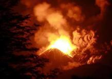 <p>El volcán Llaima escupe humo y lava al sur de Chile (1/2/2008). Rescatistas evacuaron el miércoles a medio centenar de turistas atrapados en un parque tras la erupción del volcán Llaima, en el sur del país, que comenzó a lanzar lava el día anterior y obligó la evacuación de los poblados próximos, sin que se hayan reportado víctimas. Photo by Stringer/Chile/Reuters</p>