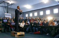 <p>Os aspirantes à Casa Branca pediram votos nesta quarta-feira no Estado de Iowa, com as pesquisas mostrando disputas acirradas nos dois partidos um dia antes do processo eleitoral no Estado. Foto do senador democrata Barack Obama em emn Davenport, Iowa, 2 de janeiro. Photo by Jim Young</p>