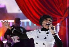 <p>Musician Mary J. Blige performs during a taping in the MTV Studios in Times Square for a New Years Eve special in New York December 21, 2007. REUTERS/Lucas Jackson</p>