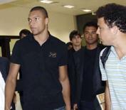 <p>Brasileiros Ronaldo, Dida, Cafu e Kaká no desembarque do Milan no aeroporto de Dubai, nesta quinta-feira. Photo by Reuters</p>