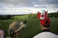 <p>Canadian fans watch as Stephen Ames and Mike Weir of Canada walk onto the 15th green during the third round of the Mercedes-Benz Championship golf tournament in Kapalua, Hawaii January 5, 2008. REUTERS/Hugh Gentry</p>