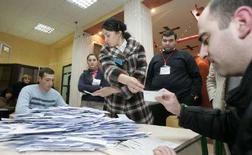 <p>Подсчет голосов на одном из избирательных участков Тбилиси 5 января 2008 года. Досрочные президентские выборы в Грузии были демократическими и соответствовали большинству международных стандартов, хотя и не стали совершенными, считает миссия Организации по безопасности и сотрудничеству в Европе (ОБСЕ), наблюдавшая за выборами. (REUTERS/Gleb Garanich)</p>