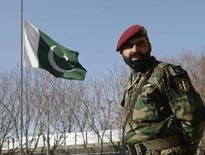 <p>Военнослужащий армии Пакистана на фоне флага своей страны в посольстве Пакистана в Кабуле 29 декабря 2007 года. Власти США рассматривают возможность расширения полномочий американских вооруженных сил и Центрального разведывательного управления (ЦРУ) для проведения операций в Пакистане, сообщила в воскресенье газета New York Times со ссылкой на высокопоставленного чиновника в администрации Джорджа Буша. (REUTERS/Omar Sobhani)</p>