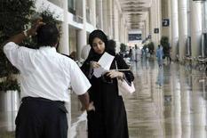 <p>Женщина разговаривает с охранником во Всемирном торговом центре в Дубаи 8 августа 2007 года. Объединенные Арабские Эмираты близки к отмене закона, запрещающего женщинам занимать должность федерального судьи или прокурора, сообщила в воскресенье местная газета Gulf News со ссылкой на министра юстиции страны Мохаммеда Нахира аль-Захири. (REUTERS/Jumana El Heloueh)</p>
