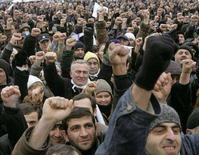 <p>Митинг протеста поддерживающих оппозицию граждан Грузии в Тбилиси 6 января 2008 года. США призвали жителей Грузии быть сдержанными и дождаться доклада присутствовавших на досрочных президентских выборах западных наблюдателей после того, как оппозиция заявила о фальсификациях в ходе голосования и пообещала устроить митинг протеста. (REUTERS/Gleb Garanich)</p>