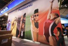 <p>Stand Panasonic au CES de Las Vegas. Matsushita Electric Industrial, la maison mère de Panasonic, annonce qu'il développe un système permettant aux utilisateurs d'envoyer des vidéos en haute définition à un téléviseur depuis un lecteur vidéo ou une console de jeu sans aucun câble. /Photo prise le 6 janvier 2008/REUTERS/Steve Marcus</p>