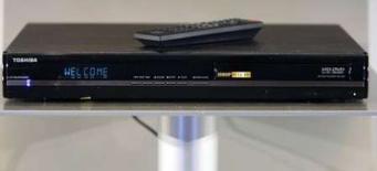 <p>Un lecteur HD-DVD de Toshiba, présenté au CES de Las Vegas. Toshiba a annoncé dimanche que les ventes de lecteurs/enregistreurs HD-DVD toutes marques confondues avait atteint un million en 2007, grâce à la demande pour les contenus issus d'internet. /Photo prise le 6 janvier 2008/REUTERS/Rick Wilking</p>