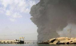 <p>Столб дыма над горящим нефтепроводом в Байджи 7 декабря 2007. В результате пожара на крупнейшем нефтеперерабатывающем заводе в Ираке как минимум один человек погиб и 12 получили ранения, сообщил одни из инженеров завода в понедельник. (REUTERS/Sabah al-Bazee)</p>