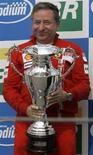 <p>Jean Todt festeggia con in mano la Coppa vinta dopo che la Ferrari si è aggiudicata il mondiale costruttori nel 2007. REUTERS/Paulo Whitaker</p>
