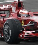 <p>Finlandês Kimi Raikkonen completa primeiras voltas da nova Ferrari F2008, en Fiorano, nesta segunda-feira. Photo by Stringer</p>
