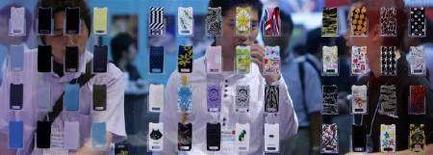 <p>Custodie per cellulari Sony Ericsson, in mostra a Tokyo. REUTERS/Kiyoshi Ota</p>