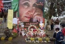 <p>Simpatizantes de Benazir Bhutto no local do assassinato da ex-líder da oposição paquistanesa, em imagem de arquivo. A editora HarperCollins anunciou na segunda-feira que vai acelerar a publicação de um livro entregue a ela pela ex-primeira-ministra paquistanesa Benazir Bhutto dias antes de seu assassinato, ocorrido em 27 de dezembro. Photo by Goran Tomasevic</p>