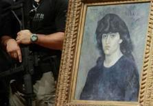 <p>Obra de Pablo Picasso 'Retrato de Suzanne Bloch' é protegida por polical durante entrevista coletiva, nesta quarta-feira, no Museu de Arte de São Paulo. Photo by Stringer</p>