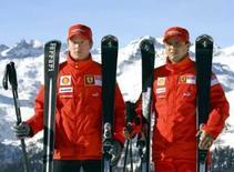 <p>Os pilotos da Ferrari Kimi Raikkonen (esquerda) e Felipe Massa se preparam para descida de esqui no retiro de inverno da equipe Ferrari, em Madonna Di Campiglio, no norte da Itália, nesta quinta-feira. Photo by Giampiero Sposito</p>