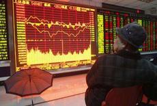 <p>As bolsas asiáticas despencaram nesta sexta-feira, assustadas por uma reportagem segundo a qual o banco Merrill Lynch terá prejuízo de 15 bilhões de dólares decorrentes de investimentos em hipotecas. Photo by Stringer Shanghai</p>