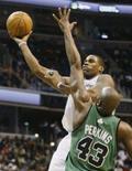 <p>Wizards interrompe boa fase do Celtics ao ganhar por 85 x 78. O Washington Wizards impôs a um Boston Celtics em ótima fase sua segunda derrota em três jogos, ao vencer em casa pelo placar de 85 x 78 no sábado. 12 de janeiro. Photo by Joe Giza</p>