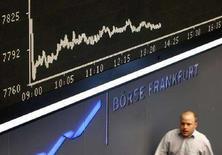 <p>Un trader alla borsa di Francoforte. REUTERS/Alex Grimm</p>