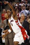 <p>Jogador do Toronto Raptors Chris Bosh comemora cesta marcada na vitória da equipe sobre o Portland Trail Blazers, no domingo. Photo by Mark Blinch</p>