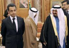 <p>O presidente francês Nicolas Sarkozy (esq) chega com o príncipe saudita Sultan Bin Abdulaziz Al-Saud (dir) ao palácio real em Riyadh. Sarkozy, em uma visita ao Oriente Médio, ofereceu ajuda para que a Arábia Saudita desenvolva um programa pacífico de energia nuclear. Photo by Pool</p>