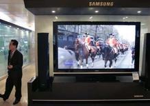 <p>Le bénéfice trimestriel de Samsung Electronics, premier fabricant mondial de mémoires, est en repli de 7%, une baisse plus modeste qu'attendu, les ventes de téléviseurs et d'écrans plats ayant partiellement compensé la baisse des prix des mémoires. /Photo prise le 15 janvier 2008/REUTERS/Lee Jae-Won</p>