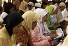 <p>Alcune donne pregano per Suharto nella sua casa a Solo, in Indonesia. REUTERS/Beawiharta (INDONESIA)</p>