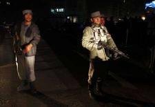 <p>Афганская полиция блокирует дорогу, ведущую к отелю Serena Hotel в Кабуле 14 января 2008 года. Как минимум семь человек, включая гражданина США и норвежского журналиста, погибли в результате подрыва экстремиста-смертника у пятизвездочного отеля Serena Hotel в центре Кабула в понедельник. (REUTERS/Ahmad Masood)</p>