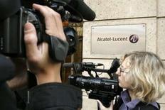 <p>Alcatel-Lucent a conclu un accord de cinq ans avec U.S. Cellular pour la fourniture de divers équipements, logiciels et services destinés à l'extension du réseau de l'opérateur de téléphonie mobile américain. /Photo d'archives/REUTERS/Benoît Tessier</p>