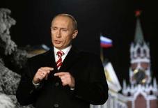 <p>Президент РФ Владимир Путин выступает с новогодним обращением к россиянам в Кремле 27 декабря 2007 года. Уходящий президент России Владимир Путин во вторник назвал ускоряющуюся инфляцию системной проблемой государственной конструкции, видоизменившейся за восемь лет его правления, но пообещал улучшение ситуации. (REUTERS/Alexander Zemlianichenko/Pool)</p>