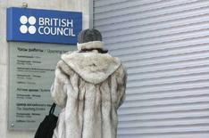 <p>Женщина сверяет часы работы офиса British Council в Москве 4 января 2008 года. Планы России ограничить выдачу виз сотрудникам благотворительной организации British Council могут лишь усугубить дипломатическую напряженность между Лондоном и Москвой, сказал во вторник министр иностранных дел Великобритании Дэвид Милибанд. (REUTERS/Sergei Karpukhin)</p>