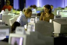 <p>Imamgine d'archivio di persone al lavoro al computer. REUTERS/Mihai Barbu BC/JV</p>